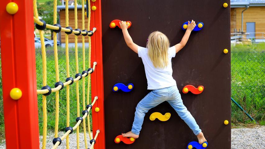 Das Kletterger?st k?nnen auch die j?ngeren Kinder schon bezwingen. Die dreij?hrige Frieda schafft die Klettersteine ganz ohne Hilfe. Spielplatzserie, Niedermirsberg..29.07.20....Foto: Annika Falk-Claußen