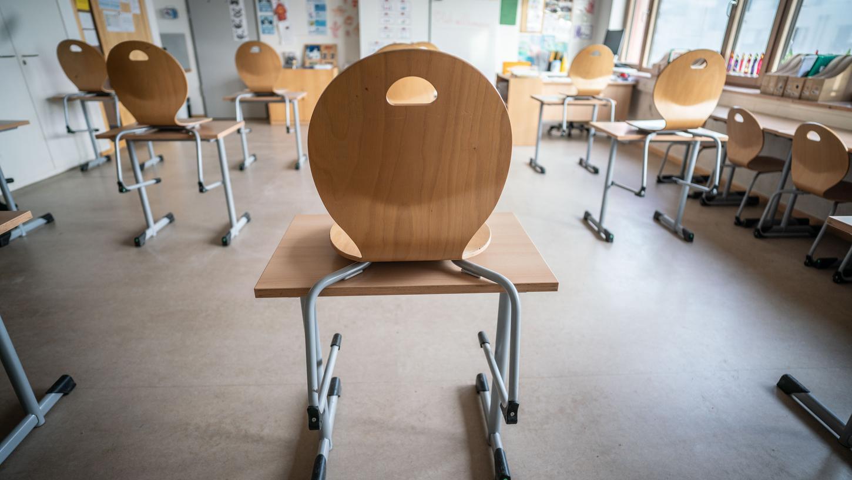 Mit Armbändern kann der Abstand zu Mitschülern überprüft werden.