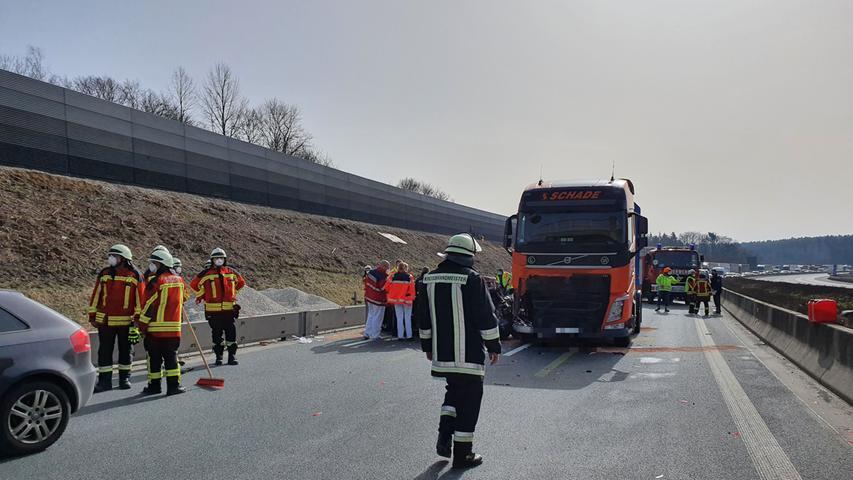 Am Dienstagvormittag (23.02.2021) kam es auf der A9 kurz nach der Anschlussstelle Pegnitz (Lkr. Bayreuth) zu einem schweren Verkehrsunfall. Laut ersten Informationen fuhr ein Lastwagen im Baustellenbereich auf ein vorausfahrendes Auto auf und schob dieses mehrere Meter vor sich her. Ein Rettungshubschrauber landete an der Unfallstelle. Der Autofahrer wurde bei dem Unfall verletzt, wie schwer ist bislang nicht bekannt. Die A9 ist derzeit in Richtung Norden komplett gesperrt. Foto: NEWS5 / Kettel Weitere Informationen... https://www.news5.de/news/news/read/20228