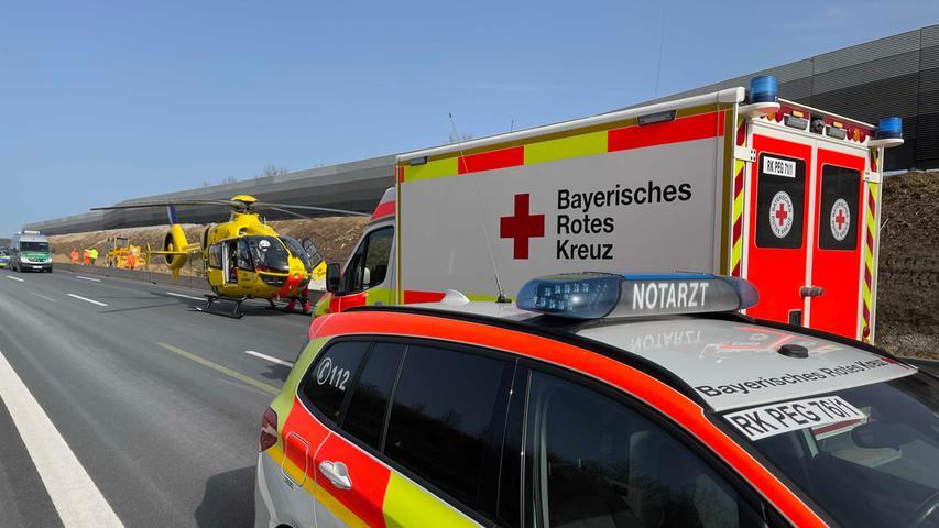 Am Dienstagvormittag (23.02.2021) kam es auf der A9 kurz nach der Anschlussstelle Pegnitz (Lkr. Bayreuth) zu einem schweren Verkehrsunfall. Laut ersten Informationen fuhr ein Lastwagen im Baustellenbereich auf ein vorausfahrendes Auto auf und schob dieses mehrere Meter vor sich her. Ein Rettungshubschrauber landete an der Unfallstelle. Der Autofahrer wurde bei dem Unfall verletzt, wie schwer ist bislang nicht bekannt. Die A9 ist derzeit in Richtung Norden komplett gesperrt. Foto: NEWS5 / Fricke Weitere Informationen... https://www.news5.de/news/news/read/20228