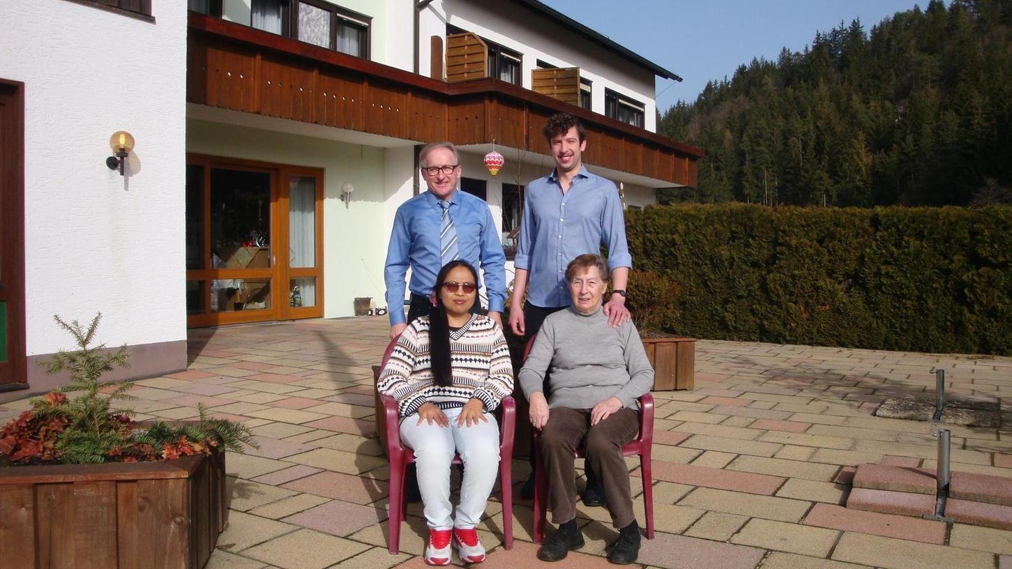 Die Familie Krems auf der leeren Terrasse ihres Cafés: Seniorchef Joachim Krems (oben links) mit Sohn und Juniorchef Marcel sowie Ehefrau Phenchan (unten links) und Mutter Johanna.