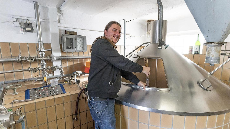 Alexander Heller beim Brauen: Der Herzogenauracher verströmt Zweckoptimismus, aber die Lage der Brauerei-Branche ist ernst.