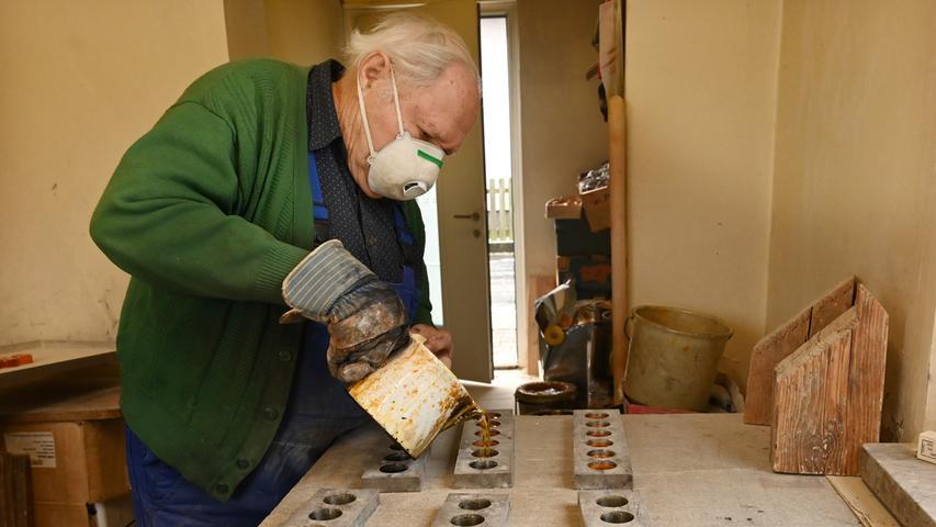 Die Bubenreuther Firma Geipel stellt Kolophonium her. Damit werden die Bögen von Streichinstrumenten regelmäßig eingerieben, um einen kräftigen Haftgleiteffekt zu erhalten, wodurch die Saite zum Schwingen gebracht wird. Das Rohmaterial ist das Harz von Pinien, das stark erhitzt und damit flüssig wird. Hier gießt Firmeninhaber Walter Glaßl es in Formen. .Foto: Klaus-Dieter Schreiter