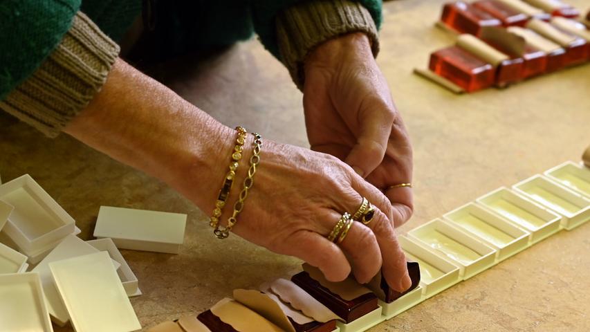 Die Bubenreuther Firma Geipel stellt Kolophonium her. Damit werden die Bögen von Streichinstrumenten regelmäßig eingerieben, um einen kräftigen Haftgleiteffekt zu erhalten, wodurch die Saite zum Schwingen gebracht wird. Das Rohmaterial ist das Harz von Pinien, das stark erhitzt und damit flüssig wird. Hier verpackt Sonja Gügel die fertigen Kolophonium-Stücke..Foto: Klaus-Dieter Schreiter