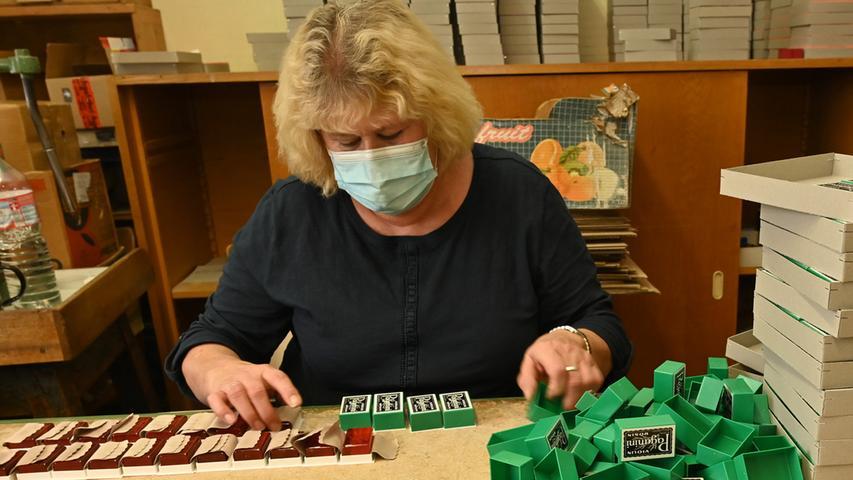 Die Bubenreuther Firma Geipel stellt Kolophonium her. Damit werden die Bögen von Streichinstrumenten regelmäßig eingerieben, um einen kräftigen Haftgleiteffekt zu erhalten, wodurch die Saite zum Schwingen gebracht wird. Das Rohmaterial ist das Harz von Pinien, das stark erhitzt und damit flüssig wird. Hier verpackt Sonja Gügel Inge Wagner die fertigen Kolophonium-Stücke..Foto: Klaus-Dieter Schreiter
