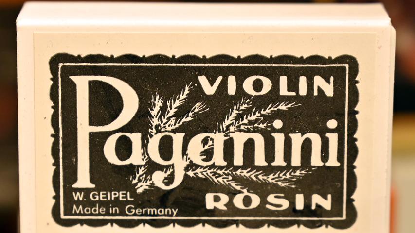 Die Bubenreuther Firma Geipel stellt Kolophonium her. Damit werden die Bögen von Streichinstrumenten regelmäßig eingerieben, um einen kräftigen Haftgleiteffekt zu erhalten, wodurch die Saite zum Schwingen gebracht wird. Das Rohmaterial ist das Harz von Pinien, das stark erhitzt und damit flüssig wird. So sieht dann das fertige und verpackte Produkt aus .Foto: Klaus-Dieter Schreiter