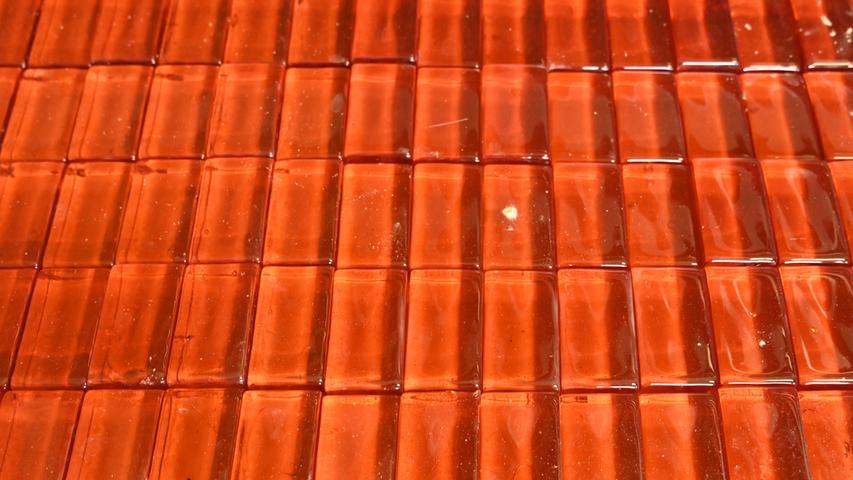 Die Bubenreuther Firma Geipel stellt Kolophonium her. Damit werden die Bögen von Streichinstrumenten regelmäßig eingerieben, um einen kräftigen Haftgleiteffekt zu erhalten, wodurch die Saite zum Schwingen gebracht wird. Das Rohmaterial ist das Harz von Pinien, das stark erhitzt und damit flüssig wird. Hier fertige Kolophonium-Stücke, die nur noch verpackt werden müssen..Foto: Klaus-Dieter Schreiter