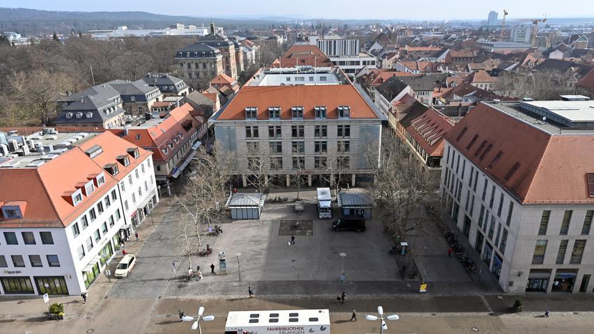 Blick auf den Hugenottenplatz mit der Hauptgeschäftsstelle der Sparkasse.