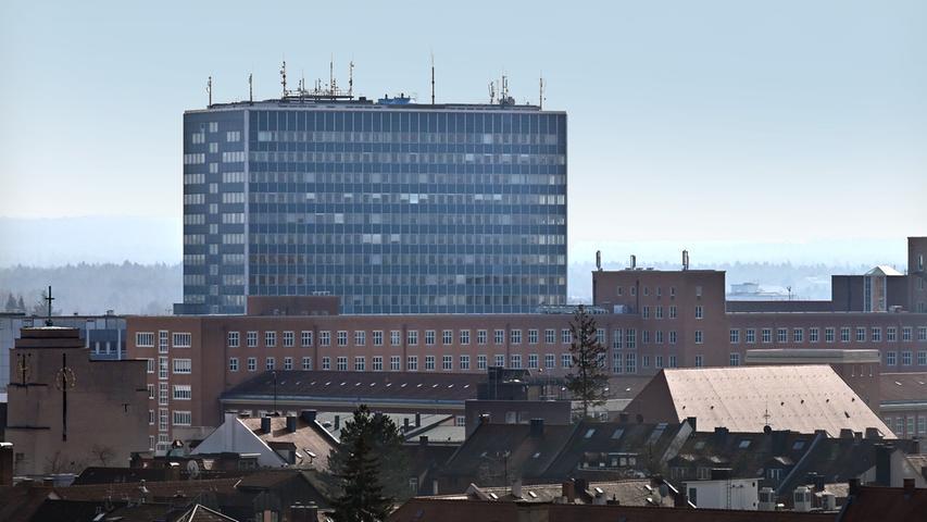 Das Siemens-Hochhaus - und im Vordergrund der Himbeerpalast, der nun zur FAU gehört.