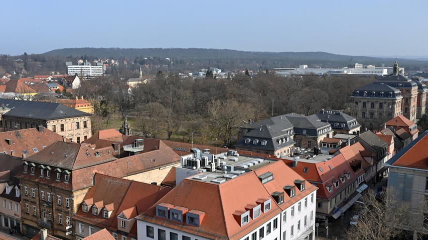 Der Schlossgarten - rechts am Rand: Das Kollegienhaus.