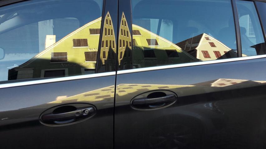 Spiegelung in Lack und Glas: Stolze Hopfenhäuser der Stadt Spalt mal breit, mal schmal.