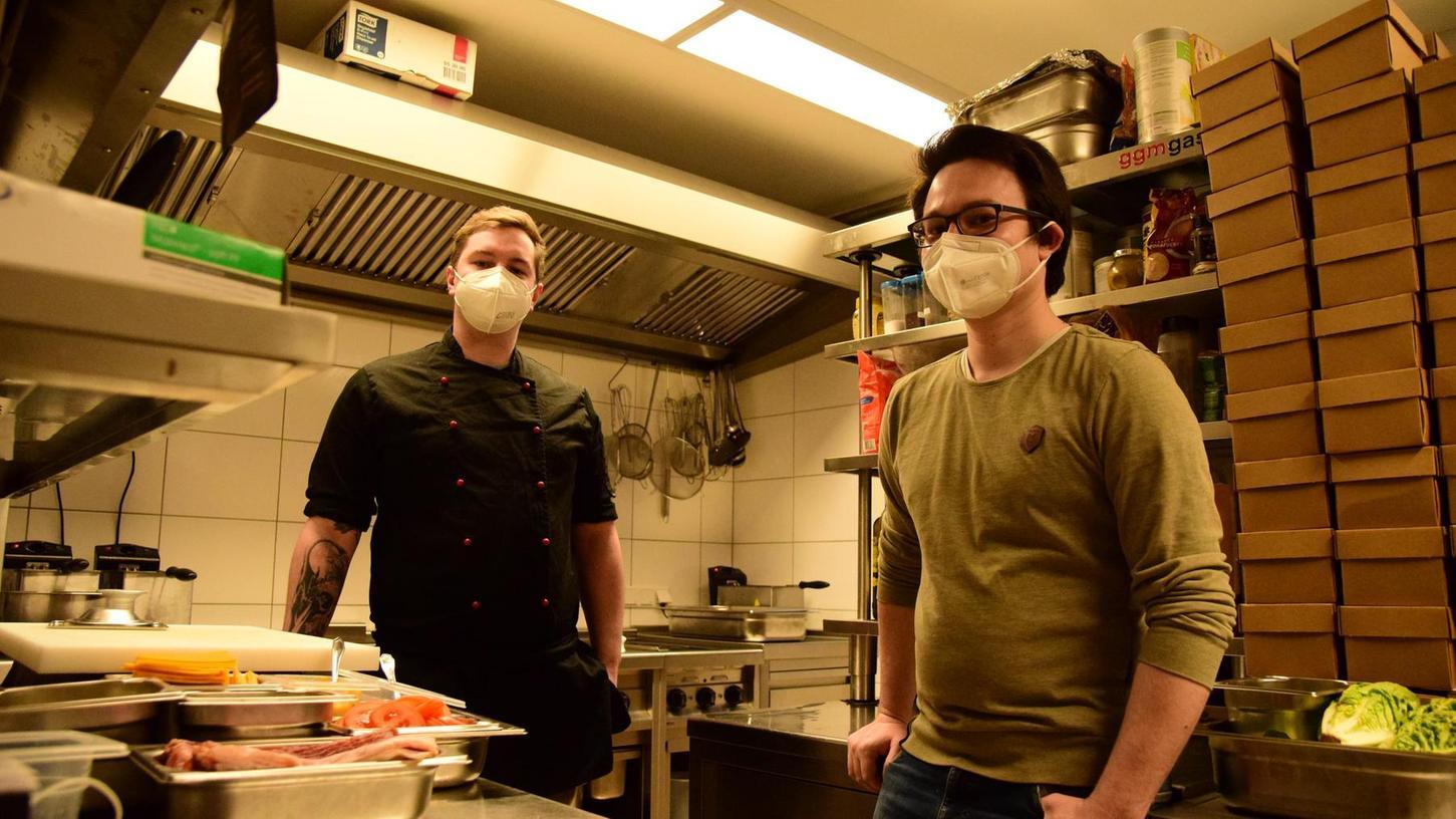 Derzeit warten Johannes Hollberg (re.) und sein Koch, Julian Wagner, täglich ab etwa 17 Uhr auf Bestellungen und bereiten Burger und Pommes zum Abholen zu. Allzu lang wird er den Betrieb auf Sparflamme nicht mehr stemmen können, gesteht er.