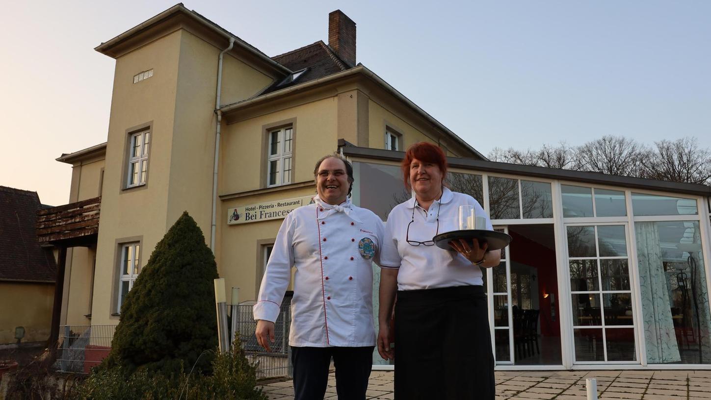 Sie starten trotz des Lockdowns in ihr Leben als Gastronomen: Francesco Sgandorra und seine Frau Zeljka haben das Café am Schloss Weißenstein in Pommersfelden übernommen und ein Speiselokal daraus gemacht, vorerst nur mit Abholservice.