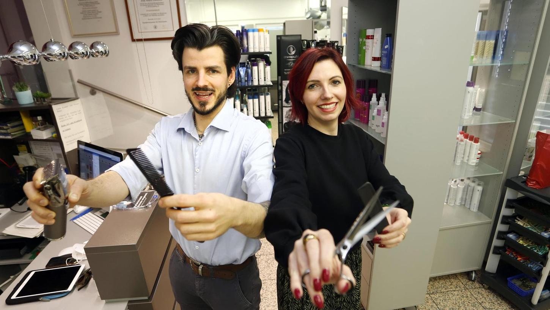 """Laura Gottstein und ihr Bruder Henrik Gottstein führen den Salon Weber in Forchheim. Die nächsten 14 Tage sind sie bereits ausgebucht, wie einige Salons im Landkreis. """"Wir freuen uns, aber es wird auch stressig. Die nächsten sechs bis acht Wochen wird es bestimmt hoch hergehen"""", glaubt Laura Gottstein."""