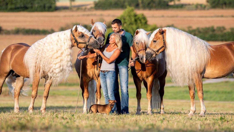 """Elke und Claus Luber mit einigen ihrer """"Jungs"""". Der Verlust zweier Pferde, der Anfang des Jahres für Aufsehen gesorgt hatte, macht dem Paar noch immer zu schaffen."""