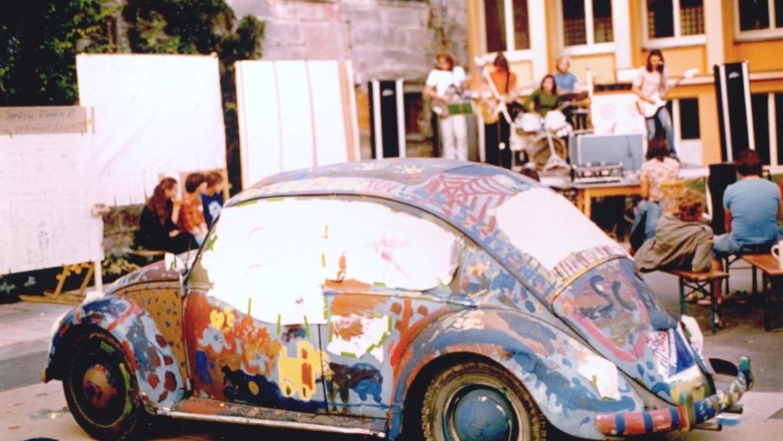 Der Käfer – auch 1977 bei der großen IJZ-Party im Hof vom Waisenhaus belastbar. Im Hintergrund die alte Berufsschule (heute Montessori).