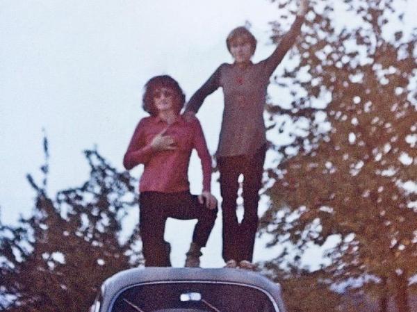 Billig und belastbar mussten unsere ersten motorisierten Transportmittel damals sein. Thomas (li.) mit Freund Udo auf Ausfahrt, circa 1972.