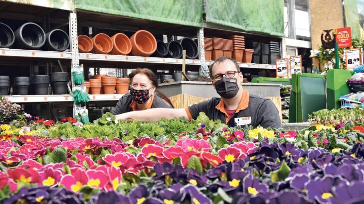 Die Mitarbeiter des Laufer Obi-Marktes haben die verschiedenen Blumen- und Pflanzenlieferungen bereits größtenteils einsortiert.