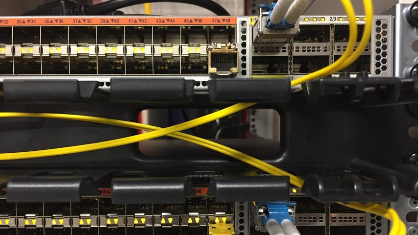 Oft kann auch schon ein einfaches Update der Router-Software helfen. Meist kann dies über die Browser-Oberfläche des Routers unter 192.168.1.1 gestartet werden.
