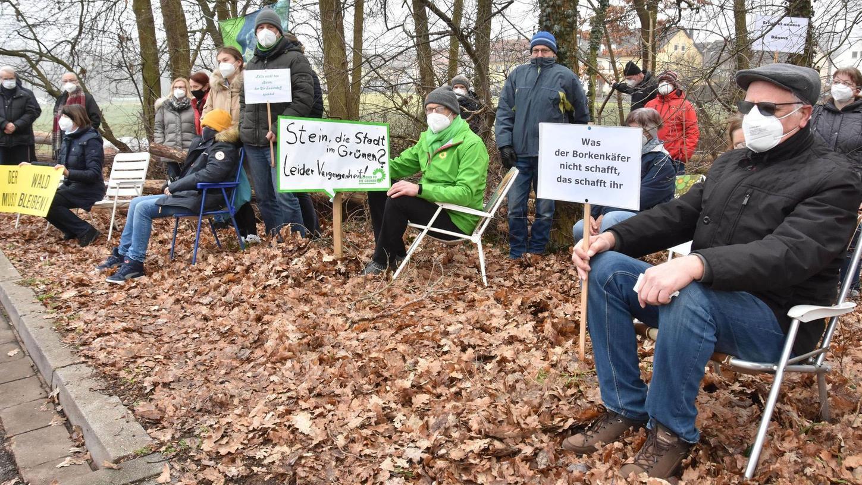 """Sit-in im Wald: Für das Baugebiet Blumenstraße/Lilienstraße mussten sehr zum Ärger von Anliegern auf gut 300 Quadratmetern Bäume weichen. Der beauftragte Landschaftsplaner betonte, es handle sich nicht um eine Rodung, sondern um """"Waldnutzung""""."""
