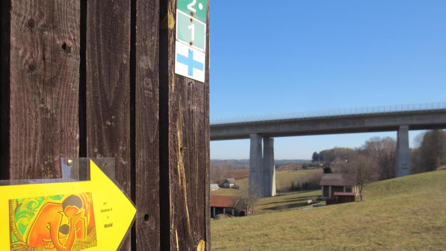 Gelbe Pfeile weisen den Weg zu den acht Stationen. An der Autobahnbrücke soll beispielsweise darüber nachgedacht werden, ob jede Autofahrt oder Flugreise in Zeiten des Klimawandels wirklich nötig ist.