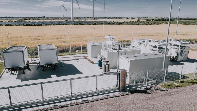 Die Aufnahme zeigt eine Anlage, wie sie von GP Joule in Nordfriesland gebaut worden ist. Samt Elektolyseur und Wasserspeicher (zwei davon sind links im Bild zu sehen) wird sie in Treuchtlingen zunächst nur halb so groß sein – sie ist aber beliebig ausbaubar.