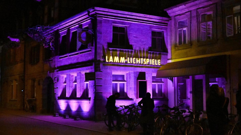 """Es muss weitergehen: Die Lamm-Lichtspiele beteiligten sich mit einer Licht-Installation an der bundesweiten Aktion """"Kino leuchtet. Für Dich""""."""