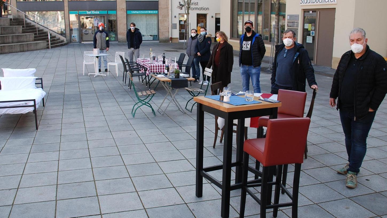 Der Zirndorfer Marktplatz wird zum Biergarten. Die Wirte sind da, aber die Gäste fehlen. Während Friseure und Baumärkte seit gestern wieder öffnen dürfen, müssen die Gastronomen weiter abwarten. Die Aktion in der Bibertstadt war Teil eines bundesweiten Protests.