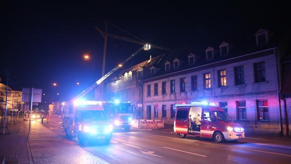 Dachstuhlbrand in Fürth: Königstraße gesperrt