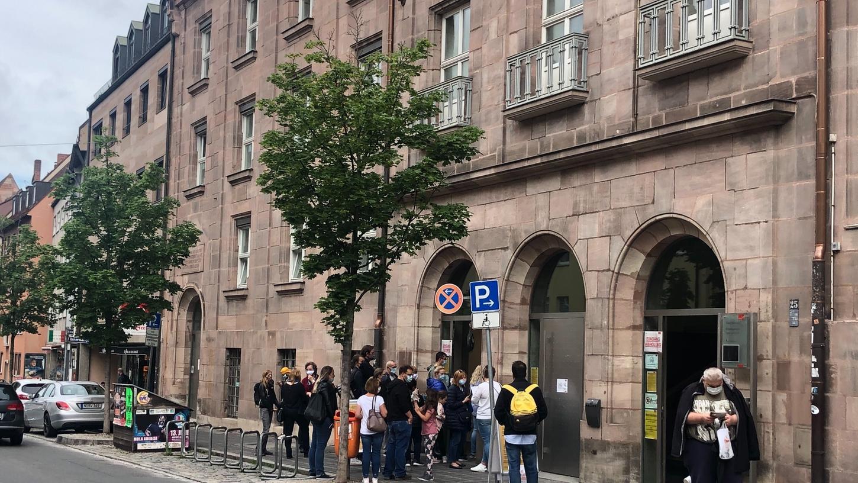 Vor dem Bürgeramt Mitte in der Äußeren Laufer Gasse bilden sich immer wieder Schlangen. Viele Nürnbergerinnen und Nürnberger sind verärgert, dass sie über Monate hinweg keinen Termin erhalten.