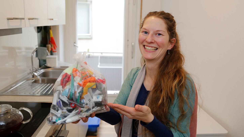 Den nicht recyclebaren Müll, der bei ihnen anfällt, sammelt Anne Tieseler in einem Einmachglas. Dieser Beutel zeigt den Jahresmüll von 2020. Etwas mehr als ein Einmachglas, aber für eine vierköpfige Familie verschwindend gering.