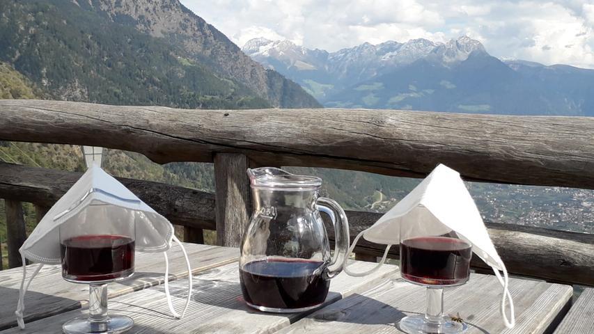 Hier werdenFFP2-Masken auf Weingläsern eine nützlichen Zweitverwertung zugeführt.
