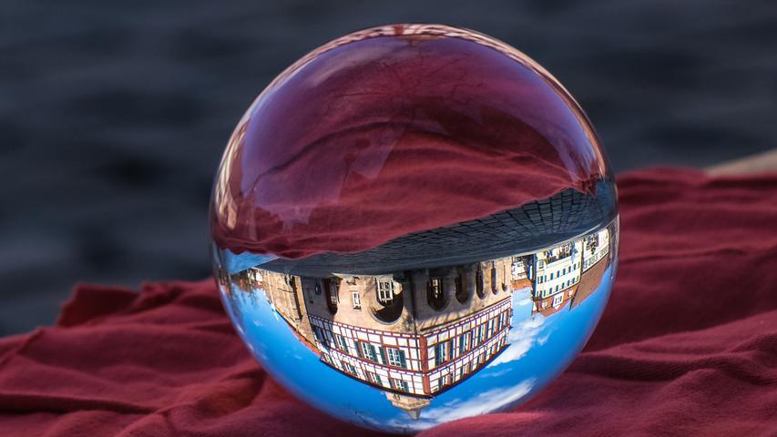Das Schwabacher Rathaus, scheinbar gekrümmt und gefangen in Glas.