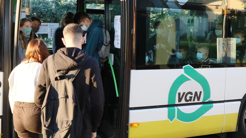 In vollen Bussen zur Schule zu fahren, birgt in der Pandemie Risiken. Per App sollen Schüler zu Fahrgemeinschaften in Privatautos zusammengebracht werden.