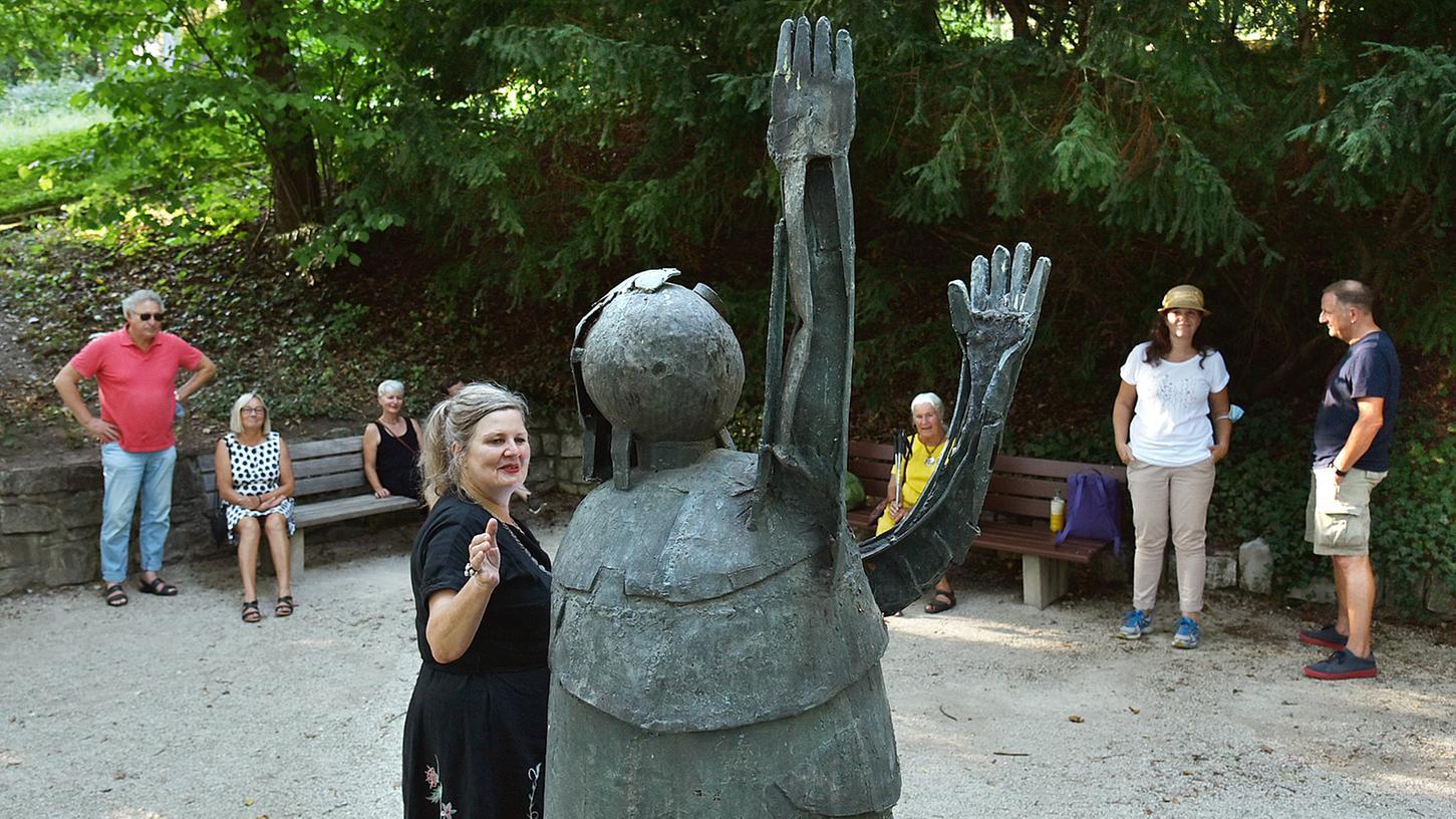 Und es war Sommer: Im vergangenen Jahr lud Schauspielerin Lea Schmocker (vorn) zu einem lyrischen Spaziergang im Burgberggarten ein.