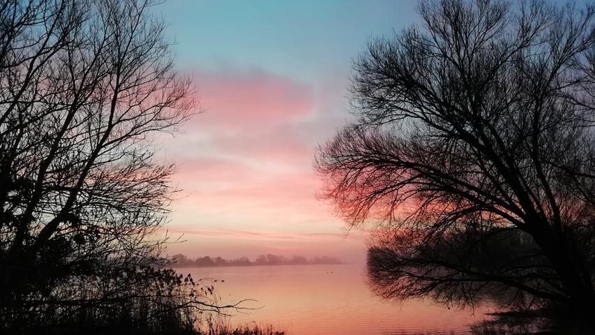 Was für ein Sonnenaufgang:Dieses Bild ist morgensum 6.45 Uhr beim Gassi gehen am See in Streudorf entstanden, schreibt Nadja Schülein.