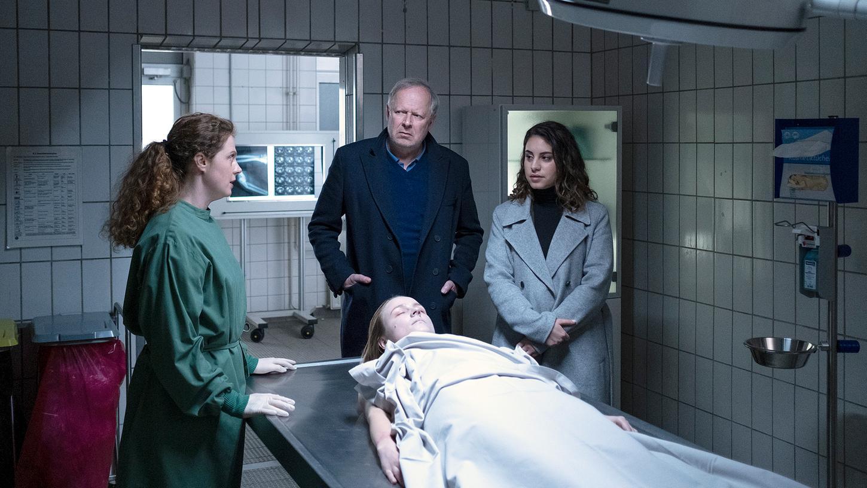 Gerichtsmedizinerin Dr. Kroll (Anja Antonowicz, l) informiert Borowski (Axel Milberg) und Mila Sahin (Almila Bagracik) über die Verletzungen, die dem Opfer zugefügt wurden.