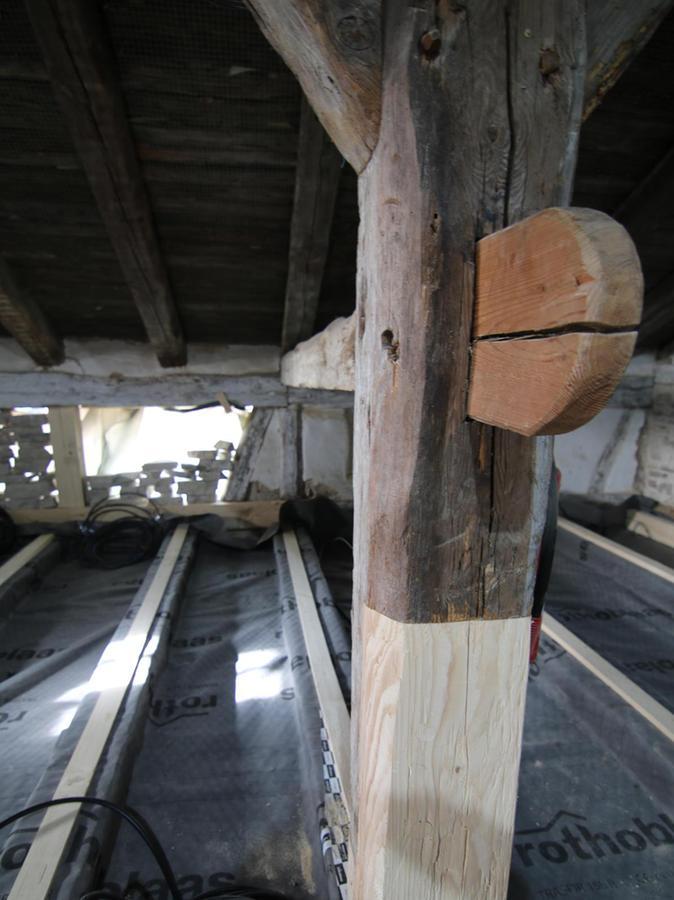 Zahlreiche Balken mussten ersetzt werden. Dafür wurde das Fachwerk teilweise herausgenommen und wieder eingebaut.