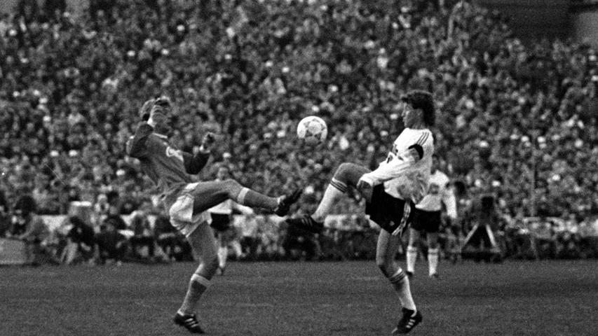 Ebenso oft lief auch Hans-Jürgen aka Dixie Dörner im Trikot der deutschen Nationalmannschaft auf, erzielte aber insgesamt 13 Tore. Dabei war Dörner ebenfalls Abwehrspieler, Libero sogar, strahlte aber dennoch eine gewisse Torgefahr aus, die ihn nicht nur in der Nationalmannschaft sondern auch bei Dynamo Dresden, wo er seine ganze aktive Karriere spielte,auszeichnete. Bei vielen gilt er als bester Fußballer in der Geschichte der ehemaligen DDR, der mit seinem eleganten Spiel Fans bezauberte. So sehr, dass die Medien ihn sogar zum