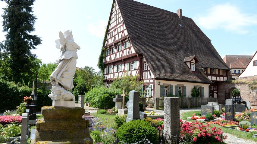 Im Blick des Engels: Das Pfarrhaus in Roßtal mit dem beeindruckenden Fachwerk.