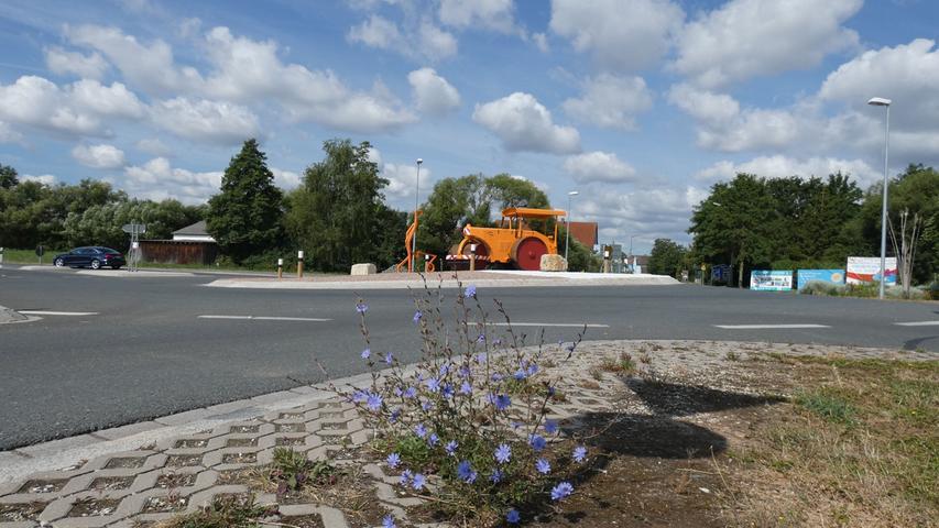 Der Verkehrskreisel in Ammerndorf wartet mit einer alten Straßenwalze als Blickfang auf.