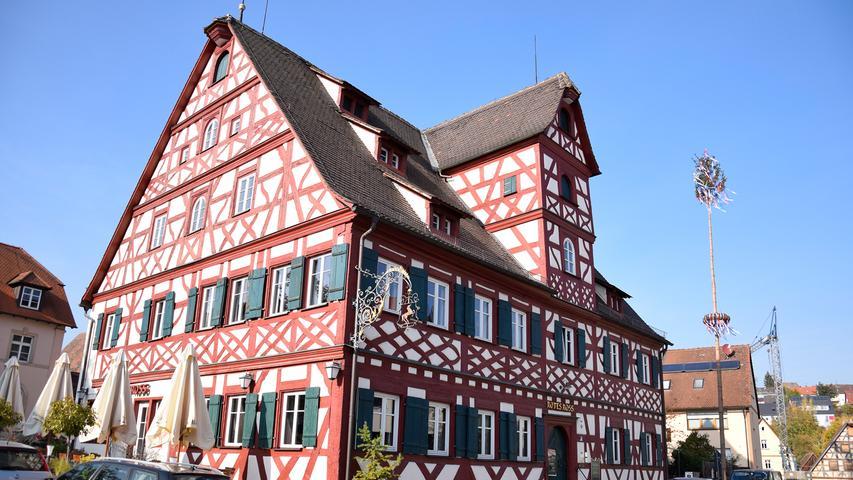 Und auch damit beeindruckt Großhabersdorf: Das Gasthaus Rotes Ross, vermutlich im 17. Jahrhundert errichtet, und vor einigen Jahren aufwändig saniert.