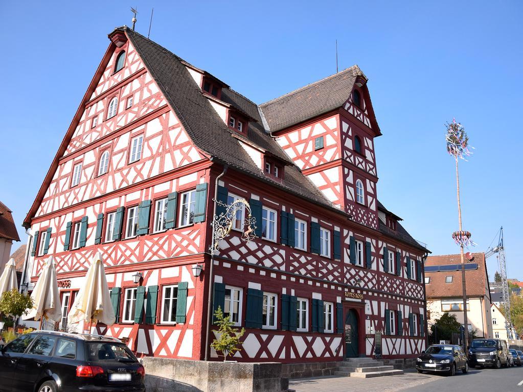 Damit beeindruckt Großhabersdorf: Das Gasthaus Rotes Ross, vermutlich im 17. Jahrhundert errichtet, und vor einigen Jahren  aufwändig saniert.