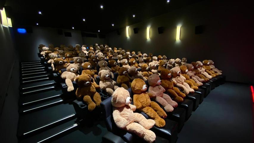 ...und selbst in Corona-Zeiten gab es Gäste: Weil keine Menschen ins Kino kommen durften, besetzten Bären die Sitze. Die Plüschfiguren wurden anschließend versteigert und fanden schnell neue Besitzer.