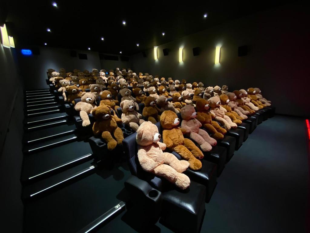 In Corona-Zeiten dürfen keine Gäste ins Kino: Bei den Lichtspielen Großhabersdorf  besetzten Bären die Sitze. Die Plüschfiguren wurden anschließend versteigert und fanden schnell neue Besitzer.