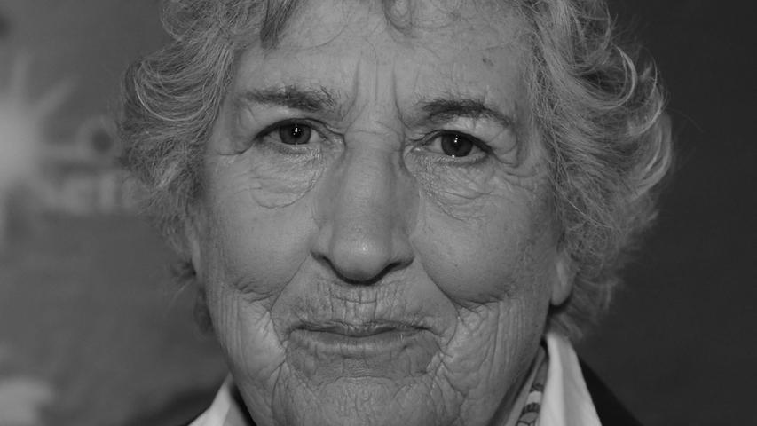 Karla Wege trug dreißig Jahre lang das Wetter im ZDF vor und wurde damit zur TV-Legende. Nun ist sie im Alter von 90 Jahren verstorben, wie die Süddeutsche Zeitung berichtete. Die Wetterexpertin verhalf den Hochs und Tiefs zu ihren Namen.