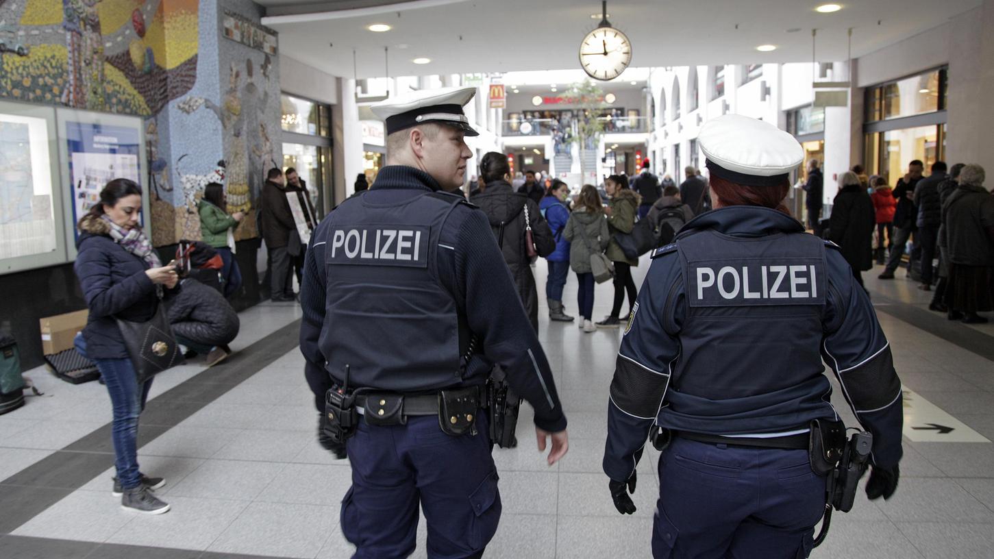Einsatzkräfte der Bundespolizei am Nürnberger Hauptbahnhof sind oft Angriffen ausgesetzt. So hatte eine Streife der Bundespolizei am Samstag große Mühe, einen renitenten Mann festzunehmen. Der 37-Jährige biss einer Polizistin sogar in die Hand.