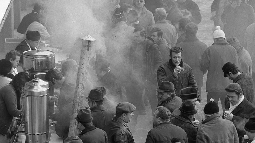 Hochbetrieb herrschte lediglich vor den Ständen mit Würsten und Glühwein.Hier geht es zum Kalenderblatt vom8. März 1971: Beim Derby froren Füße und Stimmung.