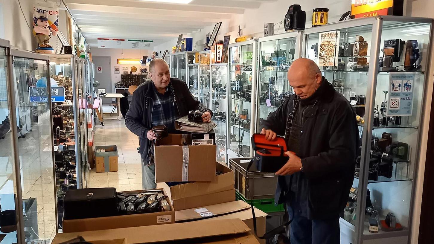 Wolfgang Schanderl und Andreas Wolf (von links) nahmen sich zusammen mit anderen Kollegen bei verschiedenen Gelegenheiten der zentnerschweren Neuzugänge des vergangenen Jahres an und schufen Ordnung in den verschiedenen Depoträumen des Kameramuseums. Es gab trotz Schließung immer etwas zu tun.