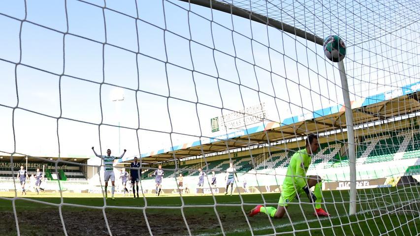 06.03.2021 --- Fussball --- Saison 2019 2020 --- 2. Fussball - Bundesliga --- 24. Spieltag: SpVgg Greuther Fürth ( Kleeblatt ) - VfL Bochum --- Foto: Sport-/Pressefoto Wolfgang Zink / WoZi --- DFL REGULATIONS PROHIBIT ANY USE OF PHOTOGRAPHS AS IMAGE SEQUENCES AND/OR QUASI-VIDEO --- Manuel Riemann (1, VfL Bochum ) muss Gegentor Tor zum 1:1 durch  Anton Stach (24, SpVgg Greuther Fürth ) hinnehmen